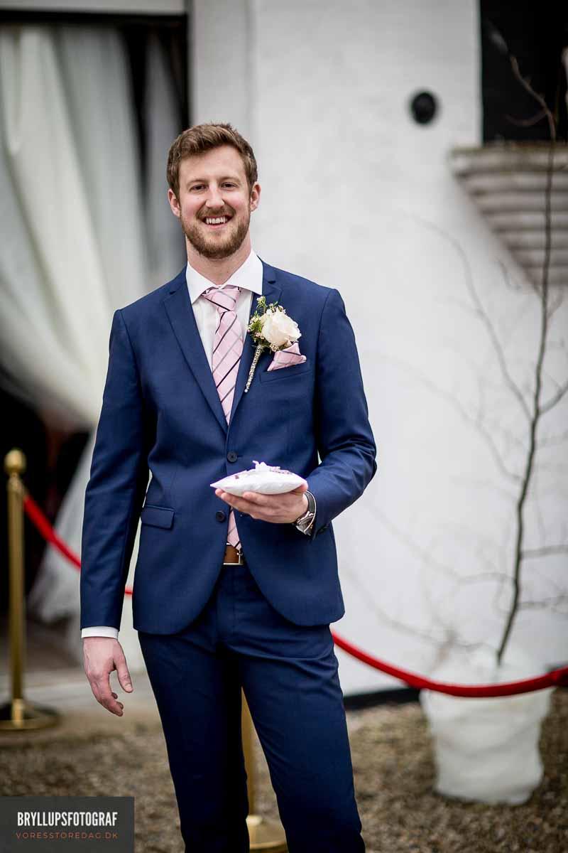 Jeg elsker alt ved bryllupper og det kan man mærke, når jeg denne dag er jeres professionelle og kreative bryllupsfotograf.