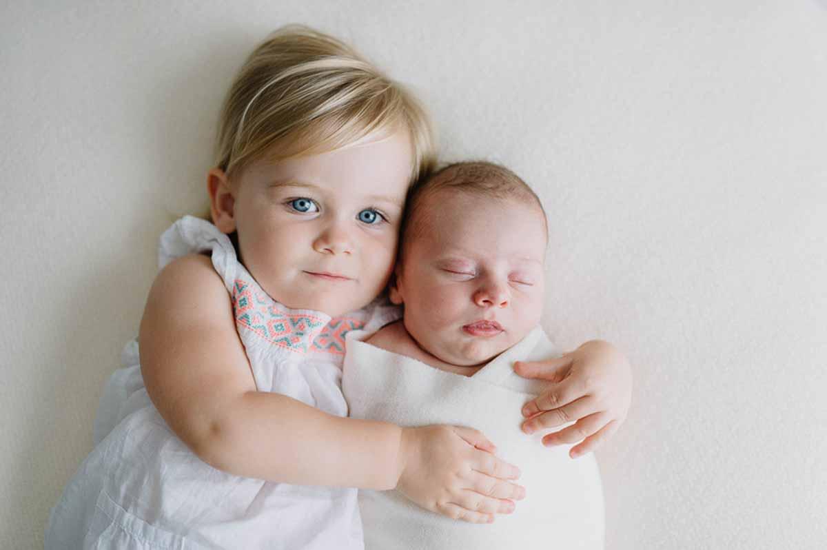 søster med newborn foto i Fredericia