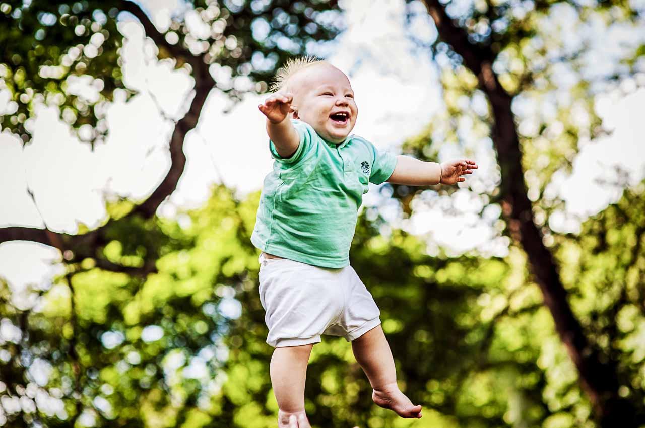 Børnefotograf med smil i øjet, hos os fotograferer vi børn i børnehøjde